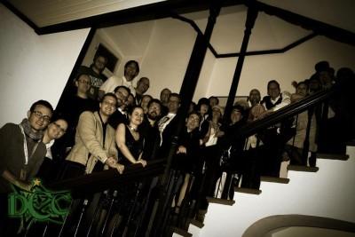 Great Gatsby-Teilnehmer auf Treppe.