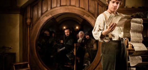 Bilbo mit dem Vertrag der zwergischen Unternehmung.